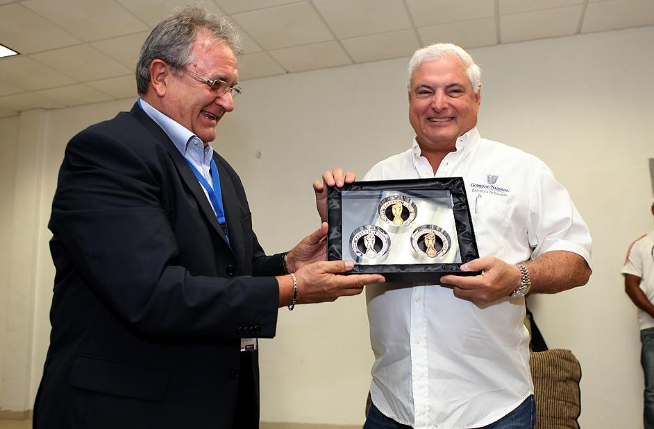 Presidente recibe reconocimiento por parte de la Federación Internacional de Béisbol
