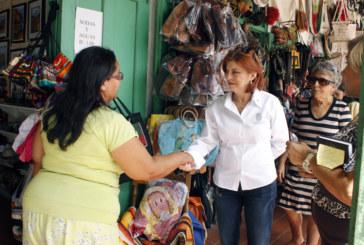Alcaldesa visita mercados y brinda primeras soluciones