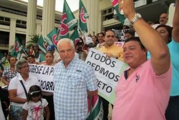 Miembros del partido Cambio Democrático protestan en sede del Tribunal Electoral