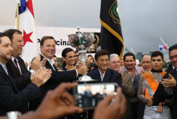 Por segundo año mandatario Varela comparte con asistentes al Clásico Presidente de la República
