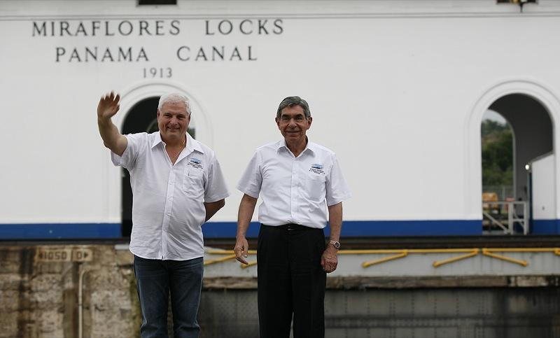 El Presidente Ricardo Martinelli le presenta al Presidente de Costa Rica Oscar Arias el Canal de Panamá