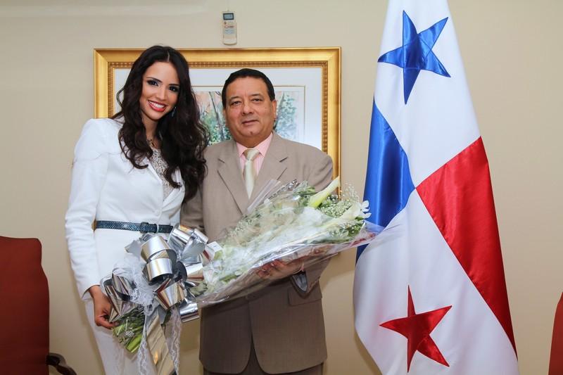 Sheldry Sáez Miss Panama para Miss Universo con el Presidente de la Asamblea Nacional Hector Aparicio