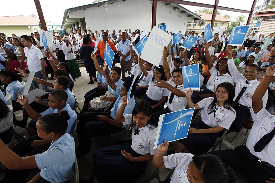 Martinelli entrega pago de Beca Universal en Bocas del Toro