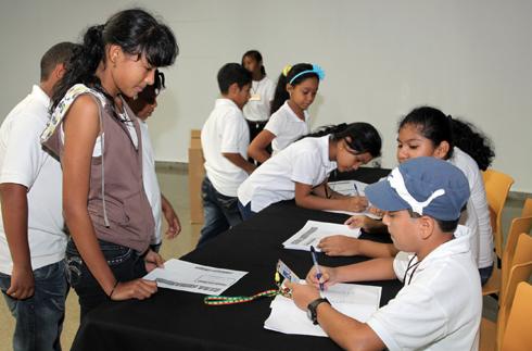 Estudiantes participan en simulacro de elecciones