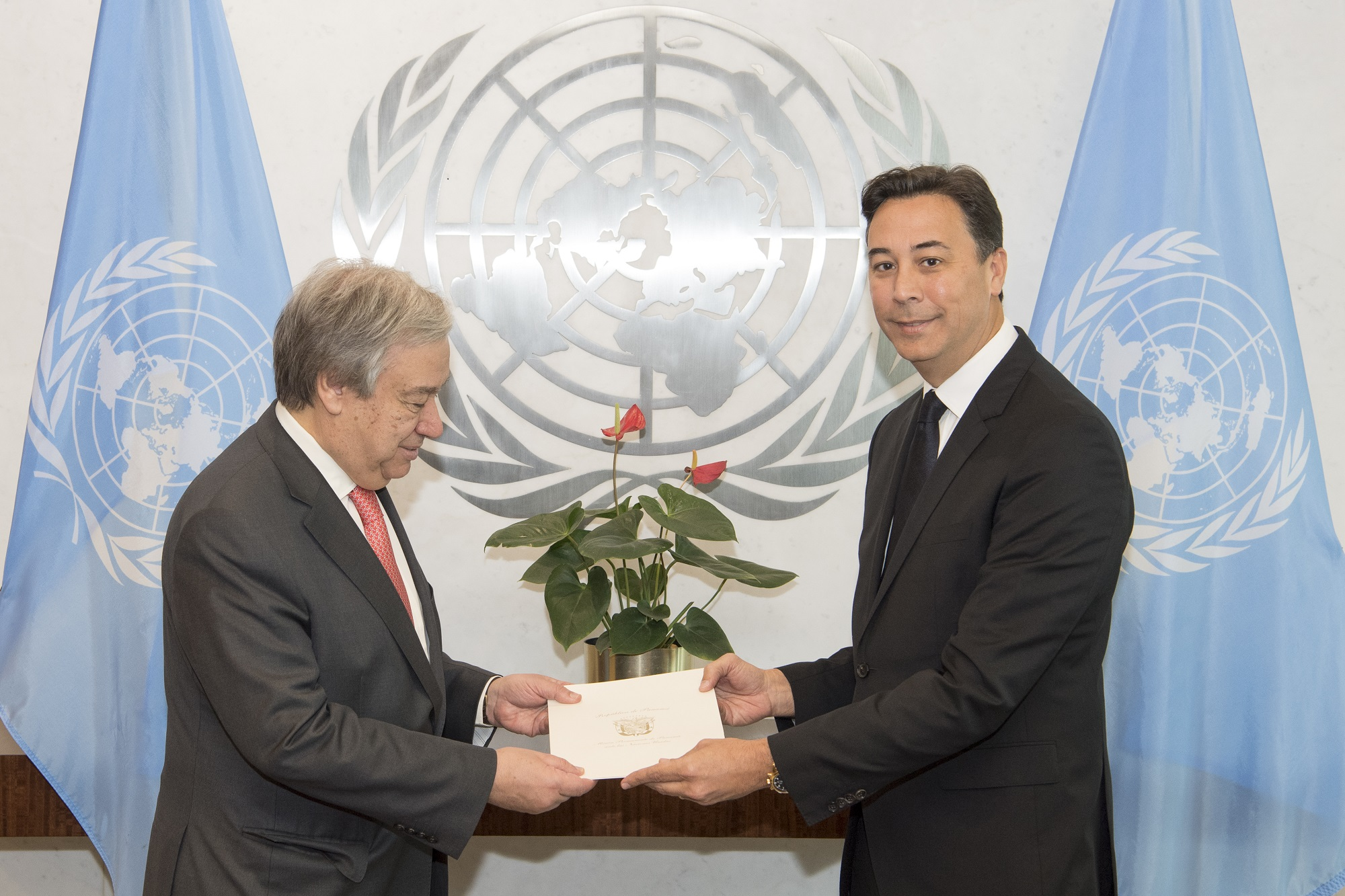 New Permanent Representative of Panama presents his credentials to the Secretary-General.